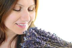 De ruikende lavendel van de vrouw stock afbeeldingen