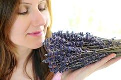 De ruikende lavendel van de vrouw royalty-vrije stock fotografie