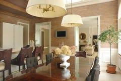 De ruimte en de woonkamer van het diner stock afbeelding