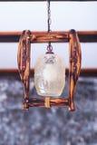 In de ruimte hangt een klassieke lantaarn Stock Fotografie