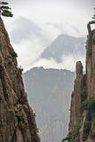 De ruimte tussen Twee Verticale Rotsen openbaart een Spectaculaire Berg Stock Afbeeldingen