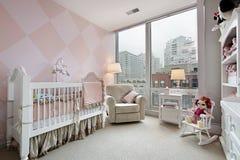 De ruimte van de baby met stadsmening