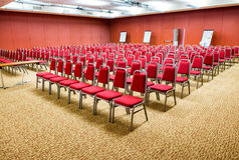 De ruimte van de conferentie Gerichte en lege stoelen stock afbeeldingen