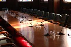 De ruimte van de conferentie met microfoons Royalty-vrije Stock Fotografie