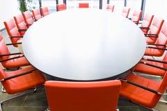 De ruimte van de conferentie met rode stoelen royalty-vrije stock fotografie