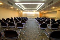 De ruimte van de conferentie met theaterplaatsing royalty-vrije stock afbeeldingen