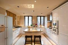 De ruimte van de keuken met wit stock afbeelding