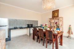 De ruimte van de luxekeuken met eettafel stock foto