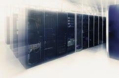 De ruimte van de netwerkserver met computers voor de digitale mededelingen en Internet van TV ip Stock Afbeelding
