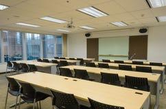 De ruimte van de opleiding in de bureaubouw Stock Afbeeldingen