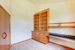 De ruimte van de studie in een nieuw huis houten kabinet Stock Foto's