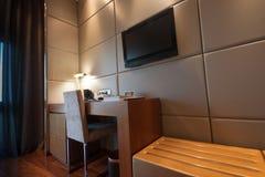 De ruimte van de studie met het schrijven van bureau en lcd TVreeks Stock Foto