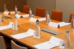 De ruimte van de vergadering klaar voor zakenlieden Stock Foto