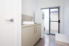 De ruimte van de wasserij in modern huis in de stad Stock Foto