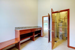 De ruimte van de Wasserij van het nut met bureau en waterverwarmer stock foto's