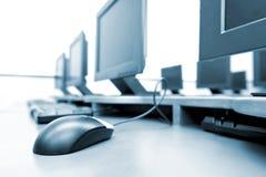 De ruimte van de werkplaats met computers stock afbeeldingen