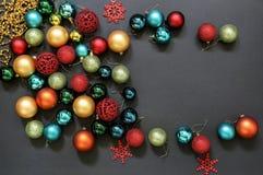 De ruimte van het de ballenexemplaar van het kerstboomspeelgoed op donkere achtergrond Stock Afbeeldingen