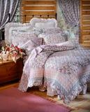 De ruimte van het bed die met beddegoed wordt geplaatst Royalty-vrije Stock Fotografie
