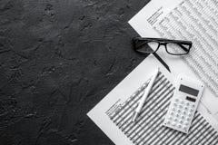 De ruimte van het boekhoudingswerk met calculator, de winst en de lijsten aangaande donkere Desktop bekijken model Royalty-vrije Stock Afbeelding