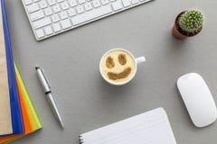 De ruimte van het bureauwerk op grijs bureau met cactus en Royalty-vrije Stock Foto