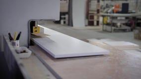 De ruimte van het Manufactorywerk met machine voor panelen en instrumenten het snijden stock footage