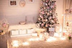 De ruimte van Kerstmiskinderen met decoreted boom Stock Foto
