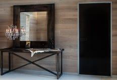 In de ruimte zijn antiek spiegel en messingskristallicht Modern binnenlands ontwerp van gang Stock Foto's