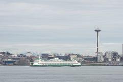 De Ruimtenaald en cityscape van Seattle met Washington State Ferry in de voorgrond Stock Fotografie