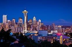 De ruimtenaaldtoren en horizon van Seattle bij schemer Royalty-vrije Stock Foto's