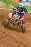De Ruiter die van de Motocross ATV uit hoek aandrijft Stock Foto's