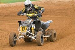 De Ruiter die van de Motocross ATV uit hoek aandrijft Royalty-vrije Stock Foto's