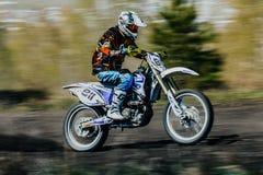 De ruiter op een motorfiets berijdt op rasspoor Stock Afbeeldingen