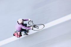 De ruiter van de fiets in een luchtmening Stock Fotografie