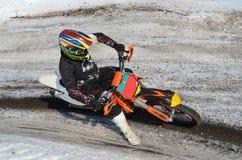 De ruiter van de motocross voert een juiste draai, aan pothole uit Royalty-vrije Stock Foto's
