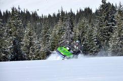 De ruiter van de sneeuwscooter stock foto's