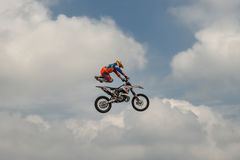 De ruiter voert een truc met de motorfiets op achtergrond van de blauwe wolkenhemel uit Duits-Stuntdays, Zerbst - 2017, Juli 08 Royalty-vrije Stock Foto's