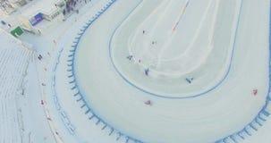 De ruiters concurreren in rassen op het ijs bij het stadion De winterspeedwaybaan stock videobeelden