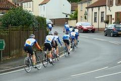 De ruiters die van de fiets op stadsweg opleiden Royalty-vrije Stock Foto's