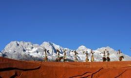 De ruiters die van het paard bij Indruk Lijiang presteren Stock Fotografie