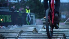 De ruiters van de bergfiets rennen in Howard Street Dual tijdens de Openluchtstad Weekender in Sheffield stock videobeelden