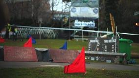 De ruiters van de bergfiets rennen in Howard Street Dual tijdens de Openluchtstad Weekender in Sheffield stock footage