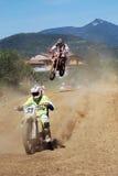 De ruiters van de motocross in de lucht Royalty-vrije Stock Afbeeldingen