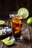 De rum en de kola Cuba Libre drinken met bruine rum, kola, ijs en kalk stock afbeelding
