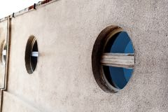 De runda fönstren med blått exponeringsglas, modern modern archit Arkivbild