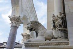 De ruïnes van het Diocletianpaleis en kathedraalklokketoren, Spleet, Kroatië Stock Foto's