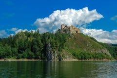 De ruïnes van het kasteel op de heuvel Stock Afbeelding