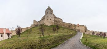 De Rupea-Citadel bouwde de 14de eeuw op de weg tussen Sighisoara en Brasov in Roemenië in stock fotografie