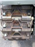 De rupsbanden van een oude militaire tank sluiten omhoog detail Stock Afbeeldingen