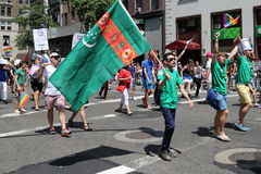 De russisch-spreekt Amerikaanse deelnemers van LGBT Pride Parade in NY Stock Fotografie