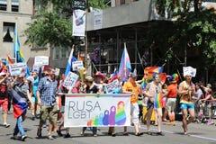 De russisch-spreekt Amerikaanse deelnemers van LGBT Pride Parade in NY Royalty-vrije Stock Foto's